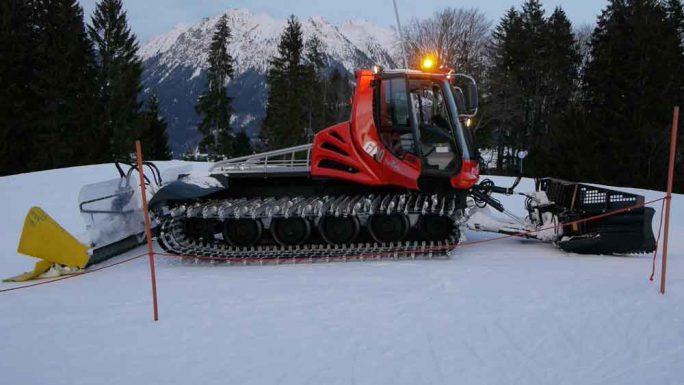 """Pistenraupe aus: Kinder DVD """"Spezialfahrzeuge"""" für Kinder ab 2 Jahren. Schnee wird vorbereitet für die Skifahren für Kinder."""