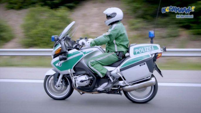 """Polizeimotorrad auf der Kinder Polizei DVD """"Nochmaaal - Bei der Polizei"""" mit echtem Polizeiauto, Polizeihund uvm."""