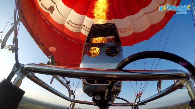 Hoch in der Luft mit dem Heißluftballon
