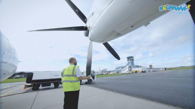 Pilot kontrolliert Do328 vn aussen